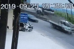 Clip: Khoảnh khắc kinh hoàng vụ tàu hỏa đâm xe tải 'nổ như bom' ở Nghệ An làm đường sắt tê liệt