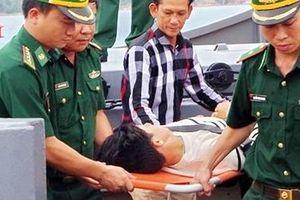 Đưa ngư dân bị thương nặng từ biển khơi về đến Quy Nhơn