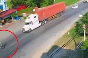 Clip: Tài xế xe máy bỗng nhiên lao thẳng vào đầu xe container