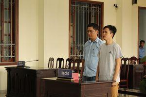 Người nhà nạn nhân mang di ảnh gây náo loạn tại tòa