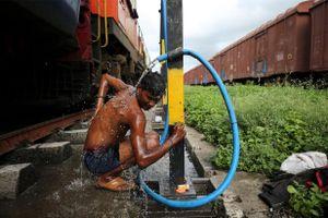 Ấn Độ bị hạn hán, trẻ em phải bắt tàu hỏa đi xách nước về cho gia đình