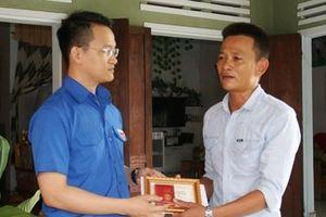 Trao Huy hiệu 'Tuổi trẻ dũng cảm' tặng người cứu nạn trên bán đảo Sơn Trà