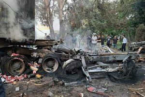 Hải Dương: Tai nạn kinh hoàng, tài xế chết cháy trong ca bin xe container