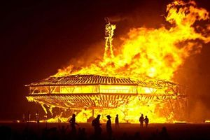 UFO bốc cháy khổng lồ trên bầu trời Nga