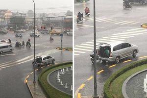 Ấm lòng hình ảnh tài xế ô tô mở luôn cốp sau cho anh Grab Bike trú nhờ giữa lúc trời mưa gió