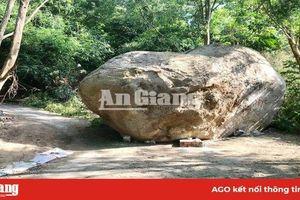 Khối đá to rơi, chắn ngang đường lên núi Ba Thê