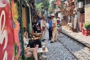 Chủ quán, hành khách 'xóm cafe đường tàu' bị nhắc nhở, xử lý