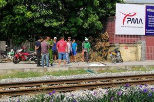 Băng qua đường sắt, nam thanh niên đi xe máy bị tàu tông chết ở Hà Nội