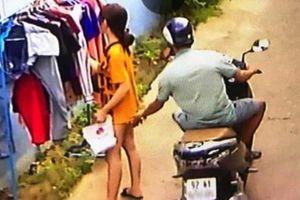 Sàm sỡ phụ nữ bị đề nghị phạt 5 triệu: Khó 'ngăn' kích dục công cộng?