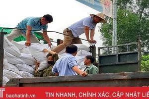 Hương Khê tiếp nhận, phân bổ 400 tấn gạo hỗ trợ người dân vùng lũ