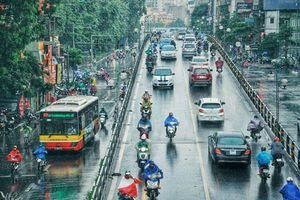 Dòng người hối hả dưới cơn mưa Hà Nội một chiều tan tầm cũng thật thơ mộng