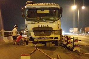 Xe bồn nổ lốp 'san phẳng' 20m dải phân cách trên cầu Thanh Trì, tông 4 sinh viên nhập viện