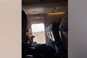 Nữ hành khách mở cửa thoát hiểm máy bay để... hít khí trời