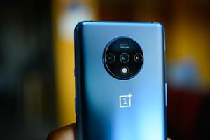 Cùng 3 camera sau, OnePlus 7T hơn gì iPhone 11?