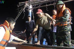 Cứu 6 ngư dân trên tàu cá đang chìm trên biển Quảng Bình