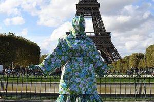 Nữ rapper gây tranh cãi khi mặc áo chống nắng kín mít bên tháp Eiffel