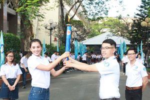 Hoa hậu Tiểu Vy rước đuốc cùng sinh viên TPHCM
