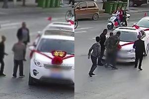 Xe đón dâu bị 7 người đàn ông thất nghiệp chặn lại xin tiền