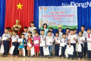 Tặng học bổng cho học sinh nghèo xã vùng sâu Thanh Sơn