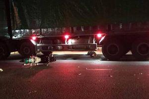 Xe máy đấu đầu văng vào gầm xe tải, 1 người tử vong, 2 thanh niên nhập viện
