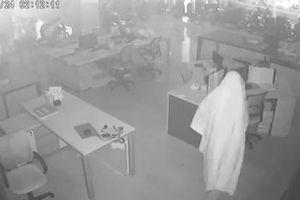 Tên trộm 'bóng ma' đột nhập cửa hàng xe máy cuỗm hàng trăm triệu đồng