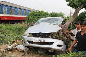Ô tô bị tàu hỏa tông biến dạng, tài xế trọng thương