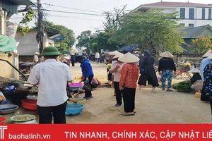 'Vô tư' họp chợ giữa đường, chính quyền thị trấn Thạch Hà bất lực?!