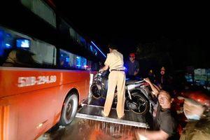 CSGT Vĩnh Long huy động xe chuyên dụng đưa người dân qua vùng ngập sâu