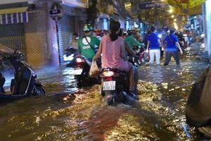 Triều cường lên đỉnh điểm, người dân Sài Gòn 'bì bỏm' lội nước