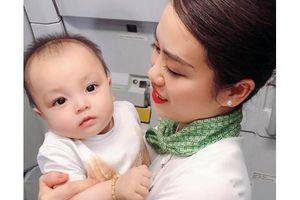 Ấm lòng hình ảnh tiếp viên Bamboo dỗ trẻ trên khoang máy bay