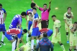 Cựu sao Barcelona bị cầu thủ Mexico đạp thủng đùi khi đang tranh chấp bóng