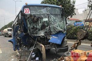 Xe buýt ở Sài Gòn nát đầu sau tai nạn, sinh viên hoảng loạn