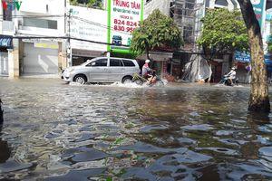 Triều cường nhấn chìm nhiều tuyến đường giao thông ở ĐBSCL