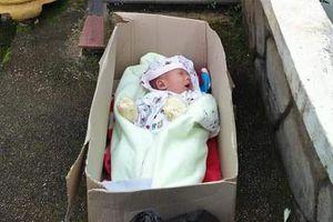 Bé trai 2 tháng tuổi bị bỏ rơi trong thùng giấy