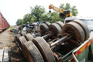 Ninh Thuận: Tàu hỏa tông vào container, tài xế may mắn thoát chết
