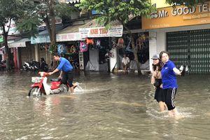 Xúc động áo xanh Cần Thơ giúp dân vượt qua khó khăn trong biển nước