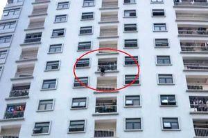 'Thót tim' giải cứu người phụ nữ treo lủng lẳng ở tầng 10 Chung cư Trung Đức Tower