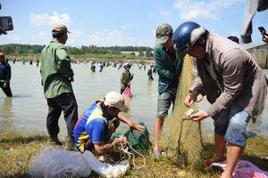 Thủy điện Trị An ngưng xả lũ, người dân phấn khởi đi bắt cá