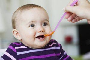 Trẻ 4 tháng tuổi ăn dặm và những điều cha mẹ cần biết