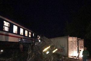 Lao thẳng vào tàu hỏa, xe container bị nát đầu ở Ninh Thuận