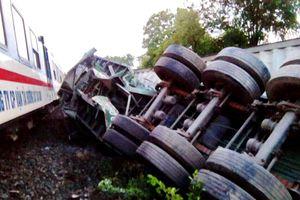 Tàu lửa tông xe container, tài xế may mắn thoát chết