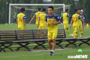 Võ Huy Toàn lủi thủi tập riêng, buồn bã nhìn đồng đội chạy nhảy