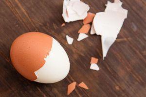 Mẹo bóc vỏ trứng nhanh như gió chỉ trong 5 giây