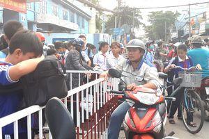 Kẹt xe trước cổng trường