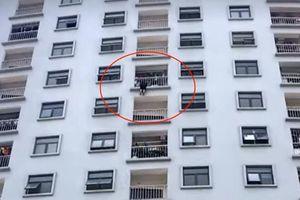 Thót tim giải cứu người phụ nữ treo lơ lửng giữa lan can tầng 10 chung cư
