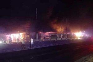 Thanh Hóa: Lửa bốc cháy ngùn ngụt ở khu chợ Còng lúc rạng sáng
