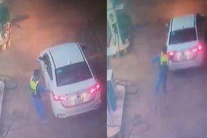 Clip ô tô che biển số bỏ chạy sau khi đổ xăng, nhân viên khóc hận vì đuổi không kịp