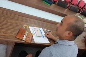 Hành khách cảm kích nhận lại ví có nhẫn đính hôn và dây chuyền vàng để quên ở sân bay