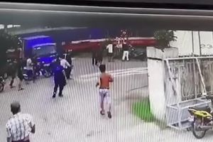 Khoảnh khắc tàu hỏa đâm văng ô tô cố vượt đường ngang ở Phú Yên