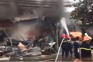 Lửa bao trùm chợ tạm ở Thanh Hóa, 400 ki ốt bị thiêu rụi
